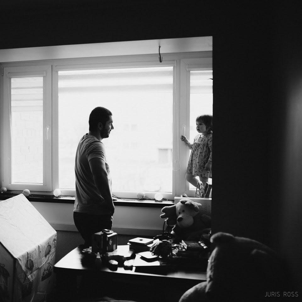 dokumentāla ģimenes fotosesija mājās