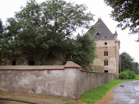 Ruina baszty dworu w Lisich Kątach.