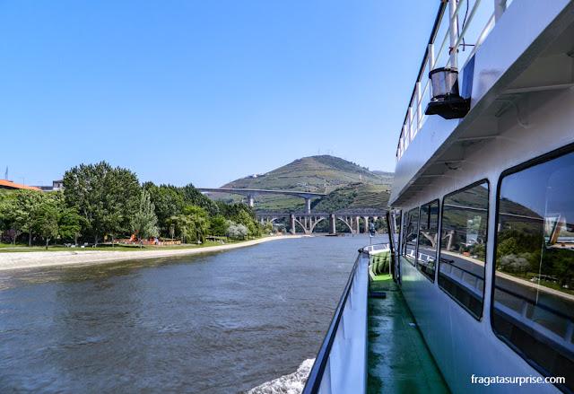 O barco zarpando de Peso da Régua rumo a Pinhão no Cruzeiro pelo Rio Douro, Portugal