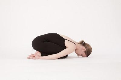 Tư thế trẻ con tập yoga tại nhà