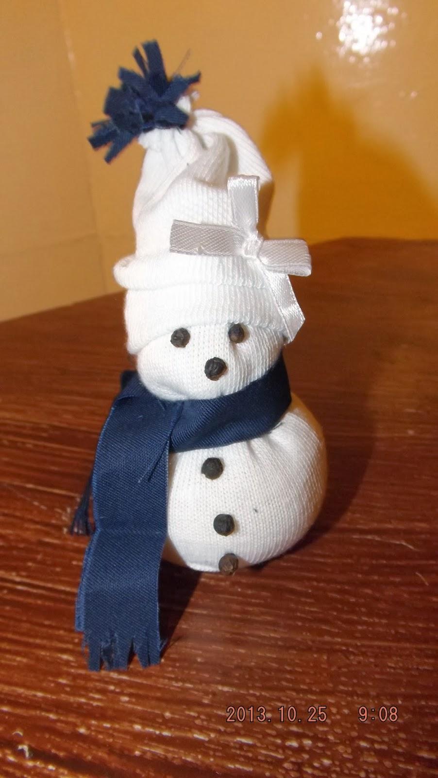 A borsokból arcot ragasztunk a zokni hóembernek