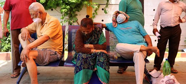Pacientes de COVID-19 con dificultades respiratorias a la espera de recibir oxígeno que les salve la vida en un templo de Ghaziabad, India.UNICEF/Amarjeet Singh