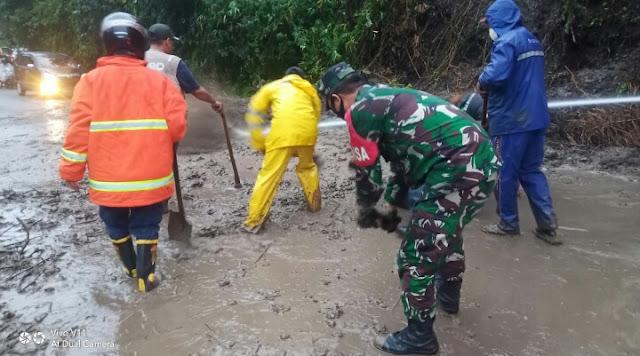 Akses Jalan Sempat Tertutup Akibat Longsor, TNI Bantu Bersihkan Material yang menutupi Badan Jalan