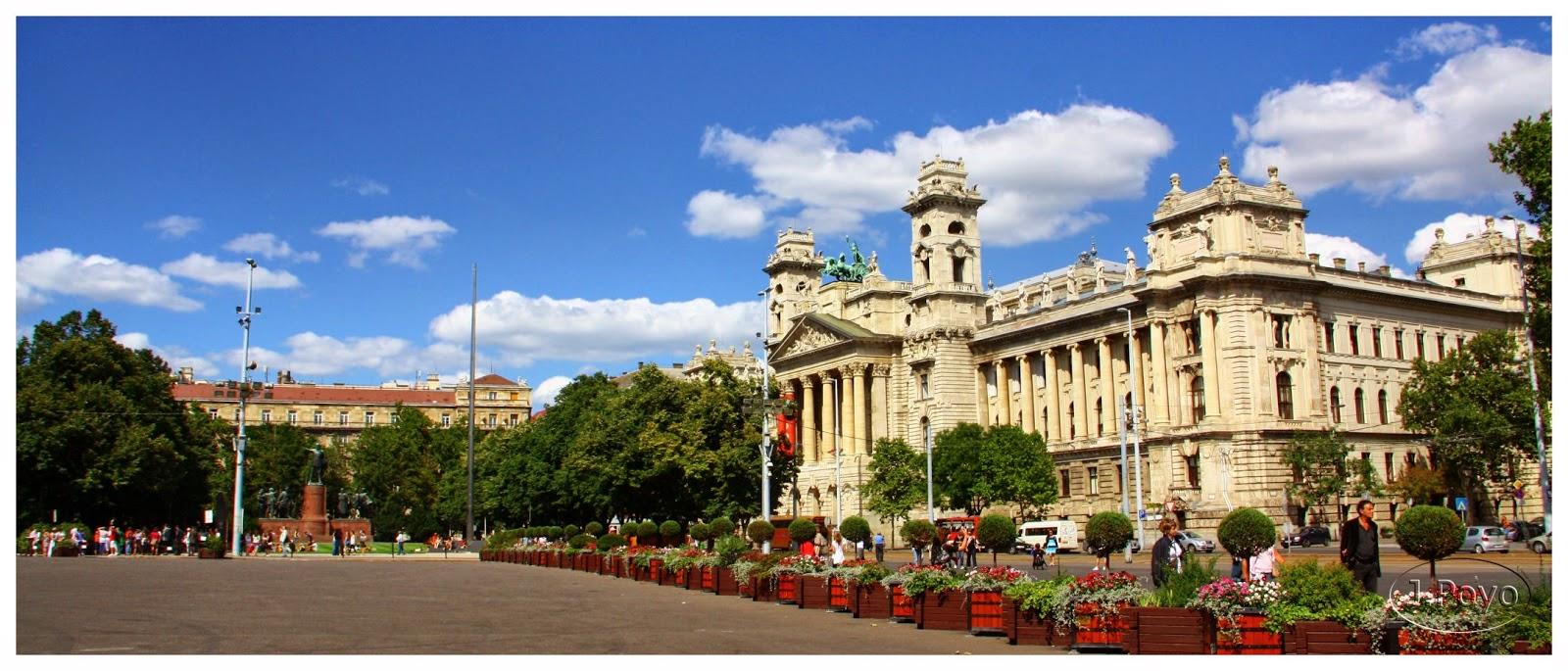 Museo Etnográfico frente al Parlamento de Budapest