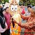 Sosialisasi Pilkada, KPU Batang Bagi Rompi Relawan Kepada Pedagang Sayur Keliling