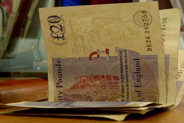 Dinheiro vivo e libra em espécie