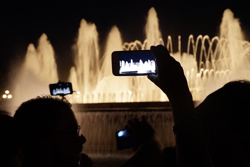 Barcelona Brunnen Font Magica beleuchtet abends Reisetipp