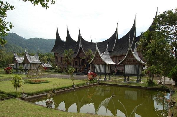 Gambar rumah adat Sumatera barat (Rumah Gadang)