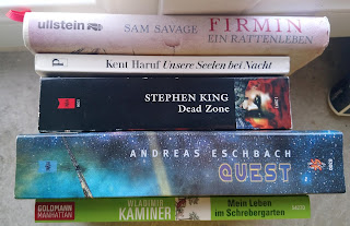 fünf aufgereihte Bücher