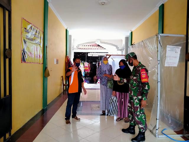 New Normal Babinsa Cawas lakukan Pengawasan Pengunjung Pasar Masaran Cawas