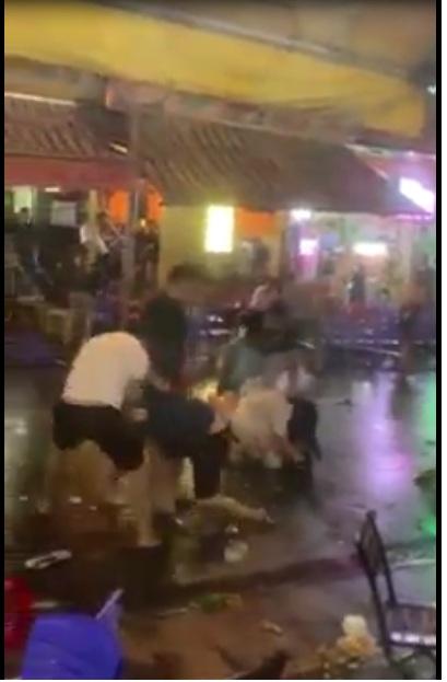 Clip 2 nhóm người Việt hỗn chiến, chém nhau kinh hoàng ở phố Tây Bùi Viện
