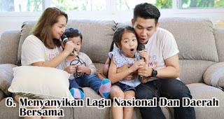 Menyanyikan Lagu Nasional Dan Daerah Bersama merupakan salah satu cara seru merayakan hari kemerdekaan di rumah saat pandemi
