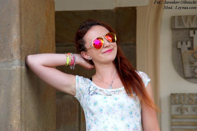 16.07.2017 Sukienka mini w pastelowe kwiaty, białe trampki, kolorowe bransoletki, wisiorek Oko Proroka, kolorowe pilotki, Rzeszów rynek