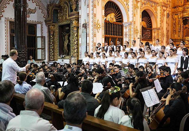 Nas restauradas capelas missionárias, descendentes dos 'povos originários', no caso guaranis, ensinam admiração pela música barroca.