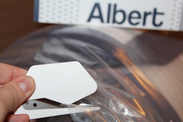 L'outil de coupe fourni avec le matelas Albert destiné à le libérer de son emballage