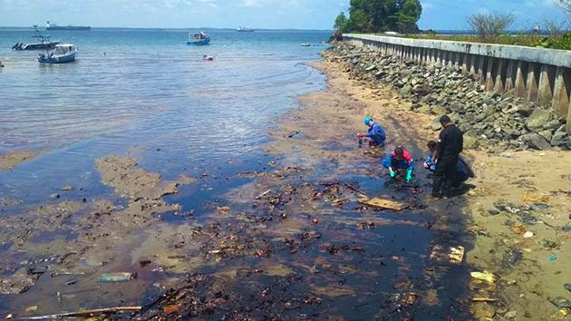 limbah tumpahan minyak di pantai