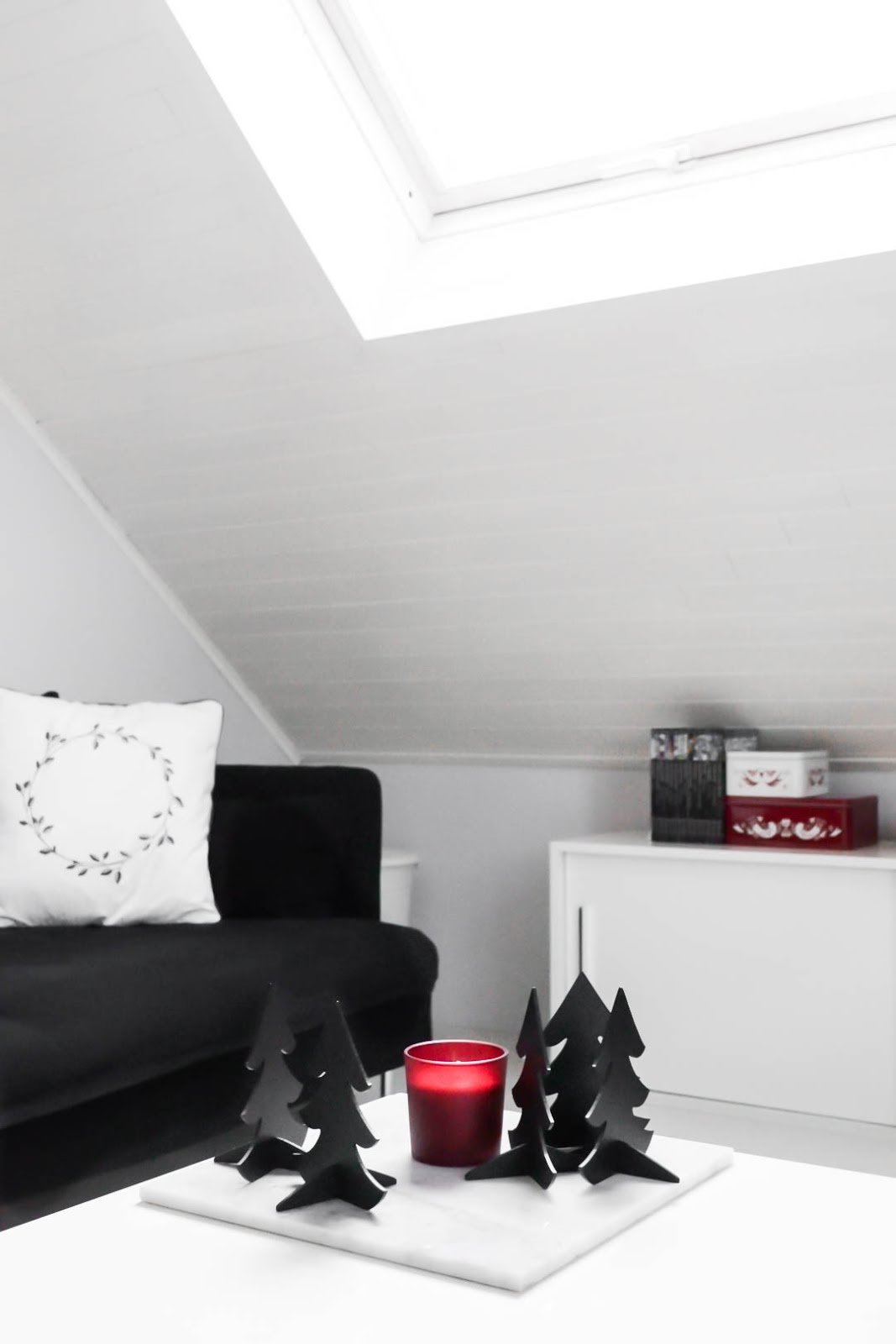 Minimal christmas decorations, black white red, ikea, kerstmis, decoratie, interieur
