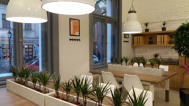 Az enteriőr tervezésére ismét Nikoletti Petra és a Térkultúra csapata kapott megbízást, akik igazán önazonos teret hoztak létre a MagNet számára, és abban is segítettek, hogy a helyszínen érvényesüljenek a Bank számára oly fontos fenntarthatósági szempontok. A fiatalos, barátságos térbe az egyedi design bútorok mellé ismét bekerültek a már korábban megszokott zöldfal és élő fák, továbbá az újrahasznosított bútorok itt is domináns szerephez jutottak.