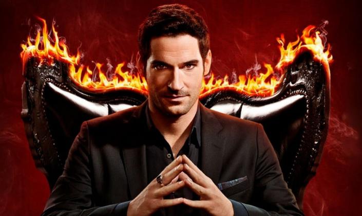 Imagem de capa: um fundo vermelho, o personagem Lúcifer, interpretado por Tom Ellis, um homem de cabelos pretos em um terno preto, com as mãos encostadas e sentado e uma poltrona negra, com chamas ardendo por trás.
