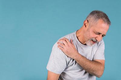 Señor con dolor en el hombro