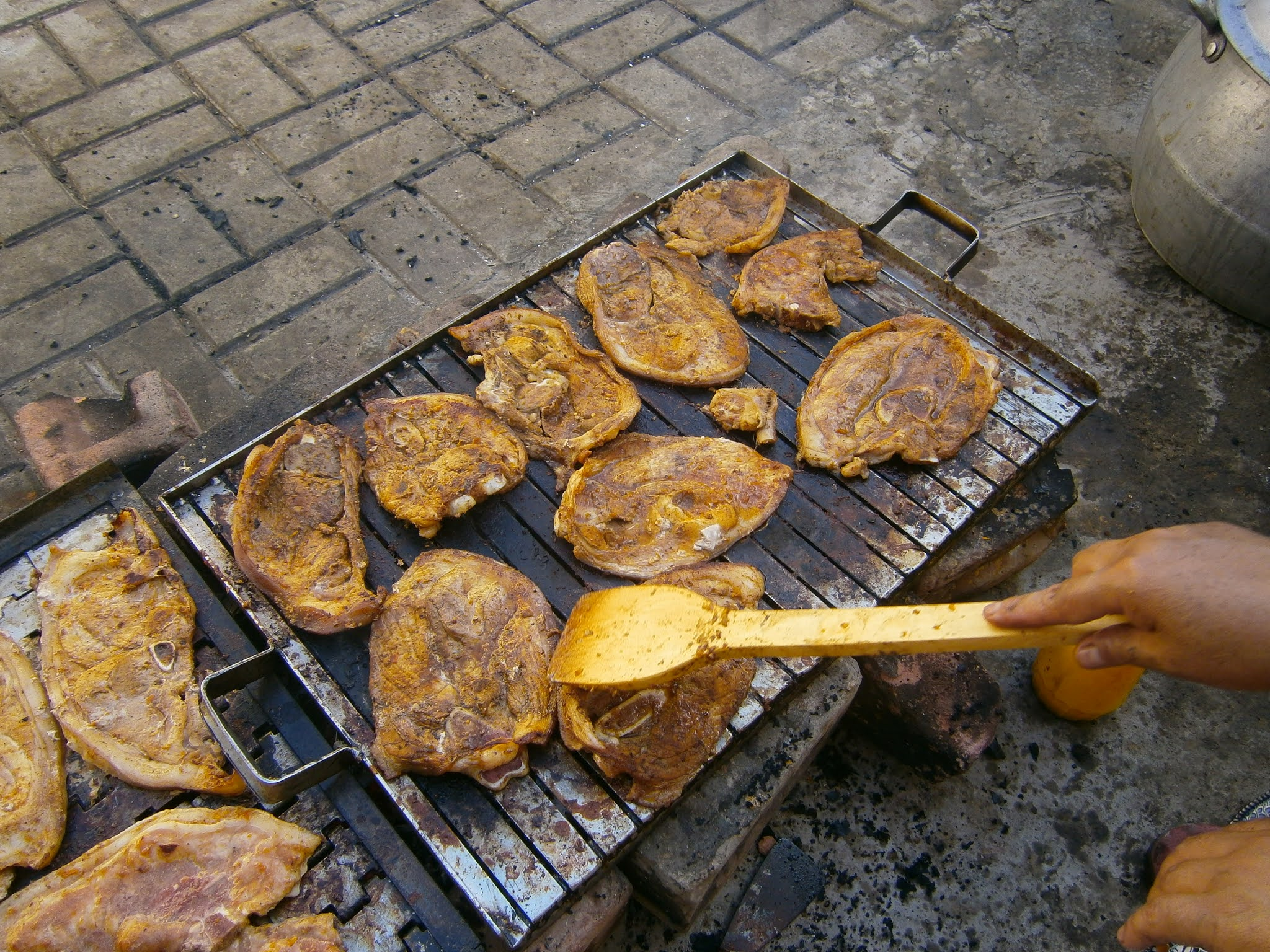 fotografía de Parrilla de chancho hecha sobre una parrilla cocinado con carbón en Perú