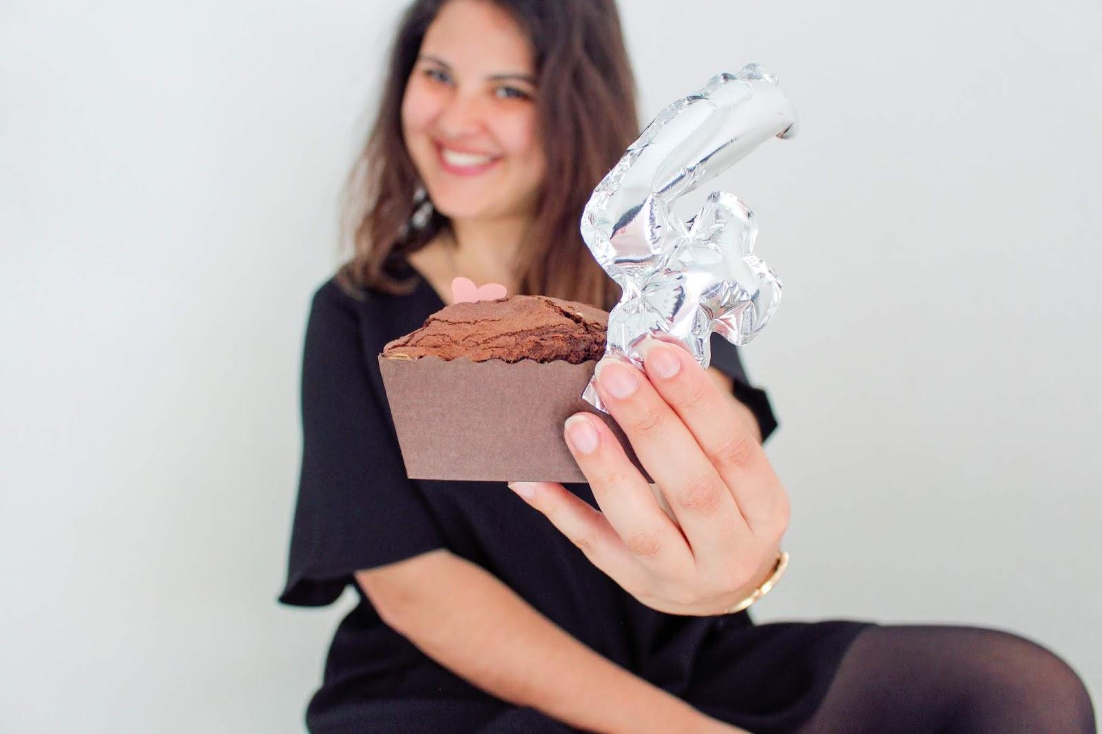 fotografia blogger com bolo e o numero 4