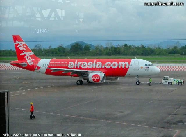 Maskapai penerbangan Air Asia di bandara Sultan Hasanuddin, kota Makassar.