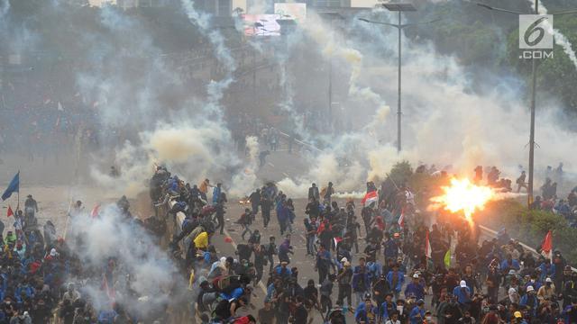 (Video) Gas Air Mata Berbalik Arak Ke Polisi Karena Tertiup Angin. Polisi pun Bubar