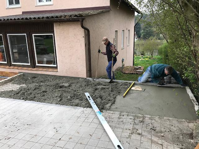 der Terrassen-Beton wird eingefüllt, verteilt und geglättet (c) by Joachim Wenk