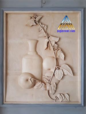 ukiran relief buah apel dibuat dari batu alam paras jogja atau batu putih asal Gunungkidul, Yogyakarta