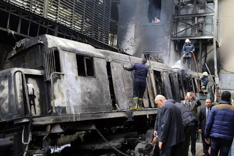 Tűz ütött ki az egyiptomi főváros főpályaudvarán, halottak, sérültek