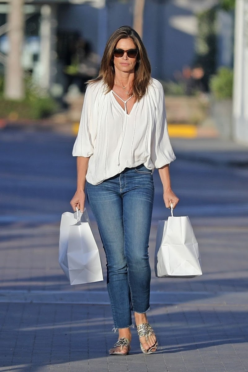 Cindy Crawford Outside Picks up Dinner in Malibu 17 May -2020