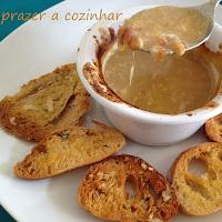 Sopa de cebola com queijo gratinado