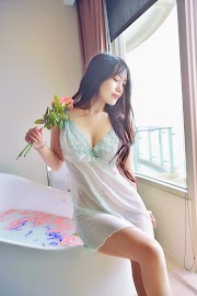 BATHROOM: Sexy babes wearing lingerie in the bathroom [13pics]