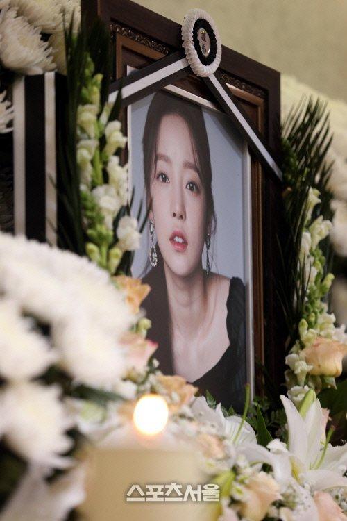 Goo Hara'nın annesi, cenaze sırasında bir ünlüyle fotoğraf çekilmek istemiş