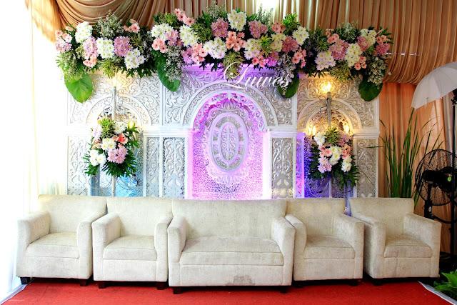 Backdrop pelaminan modern minimalis untuk resepsi pernikahan di rumah