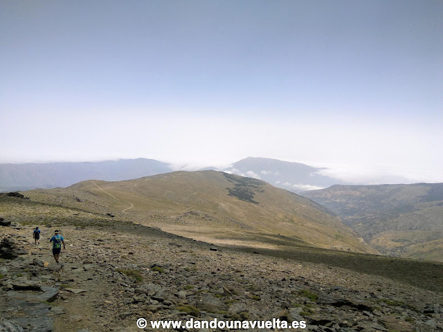 Inicio del descenso desde el Mulhacén hacia Trevélez