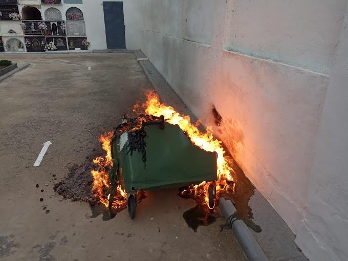El Ayuntamiento de Paterna condena el acto vandálico producido en el cementerio tras la quema de un contenedor