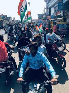 दोपहिया वाहनों से कांग्रेस के कार्यकर्ता बाजार बंद कराने निकले