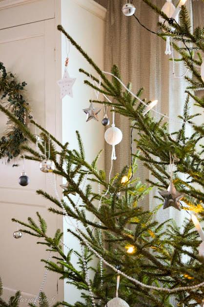 joulukuusen valkoiset ja hopeat koristeet.