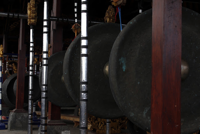 Unos gongs en Pura Besakih (Bali)