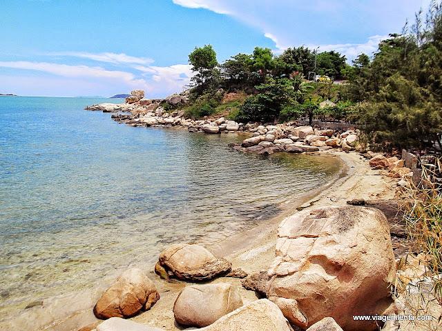 Uma das praias isoladas ao norte de Nha Trang
