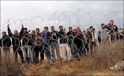 gazans at border fence
