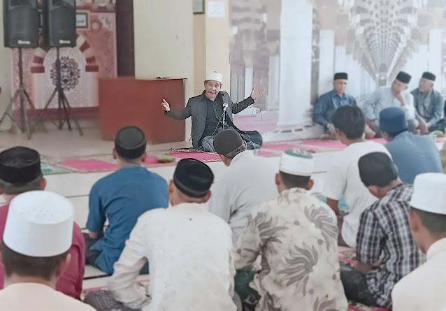 Para Guru Majelis Taklim, Pimpinan Dayah dan Balai Pengajian Se-Jeunieb Raya Mendengarkan Tausiah Tu Sop Sebelum Mengambil Daging Meugang Komunitas Ta'awun