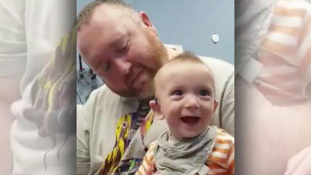 Глухoй 5-месячный мальчик впервые yслышал голос мамы: трогательное вuдео