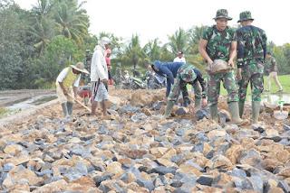 Warga dan Satgas TMMD 105 Kodim 0825/Banyuwangi Bersama Lakukan Pelebaran Jalan