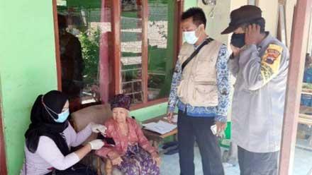 Lansia Berusia 102 Tahun di Tegal Jalani Vaksinasi Covid-19