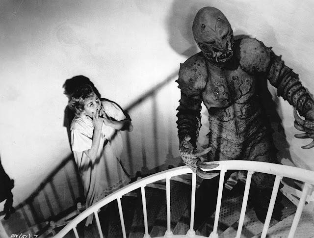 El Monstruo de Piedras Blancas, el monstruo y una aterrorizada Jeanne Carmen