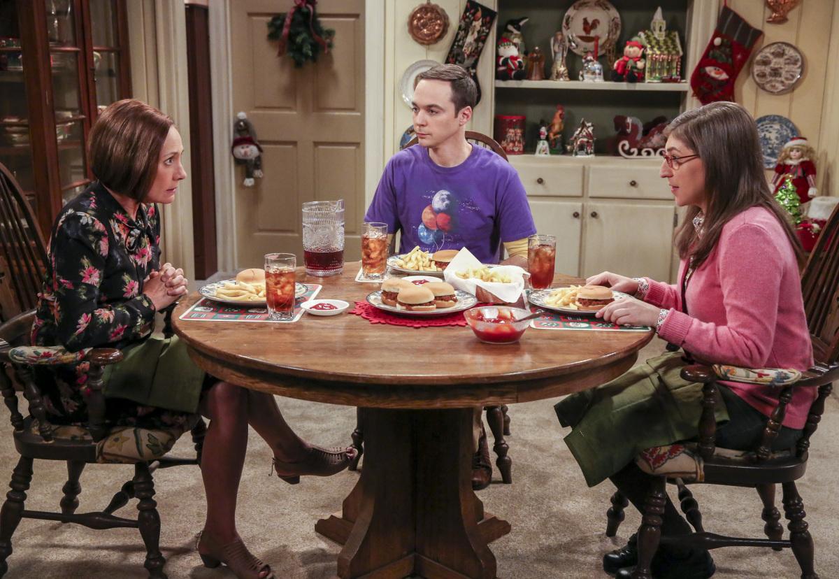 Sheldon no le quiere decir a su madre que vive con Amy