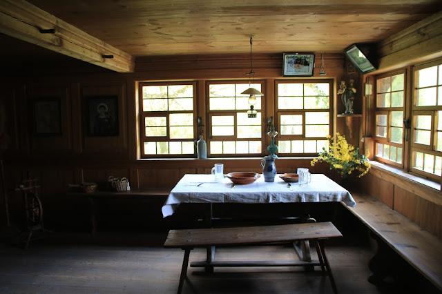 Sala da pranzo di una abitazione tipica della Foresta Nera